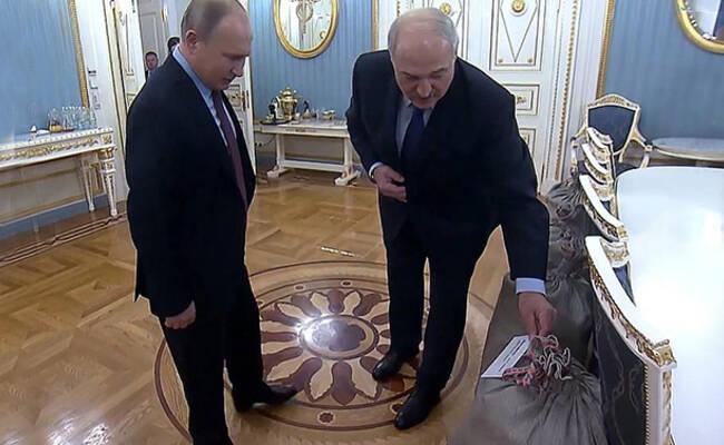 白俄罗斯总统赠普京4袋土豆