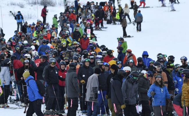 """滑雪爱好者""""扎堆""""前往滑雪场"""