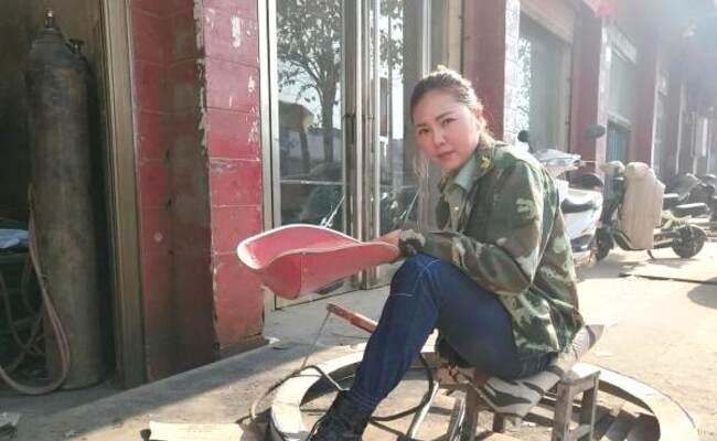 独腿女孩当电焊工爆红 回绝300人表白