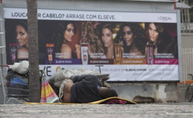 巴西金融危机 居民在超市外排起长龙争抢食物