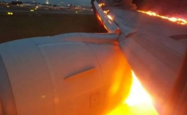 客机引擎起火 乘客只能坐在位子上等着灭火