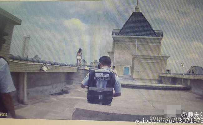 少女跳楼被警察拉住瞬间