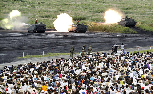 大批日本民众观摩自卫队夺岛演习画面