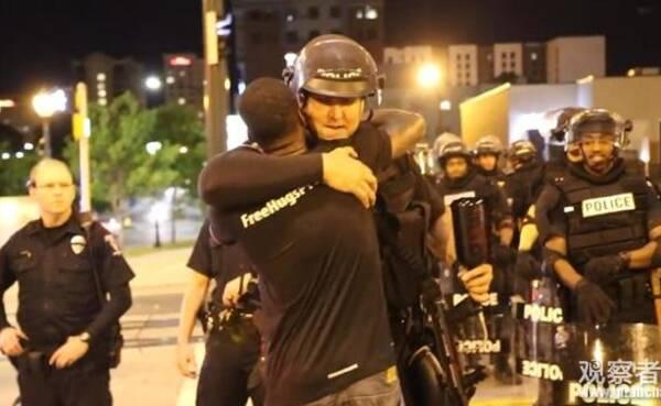 美国骚乱现场的这一幕,让示威者怒了