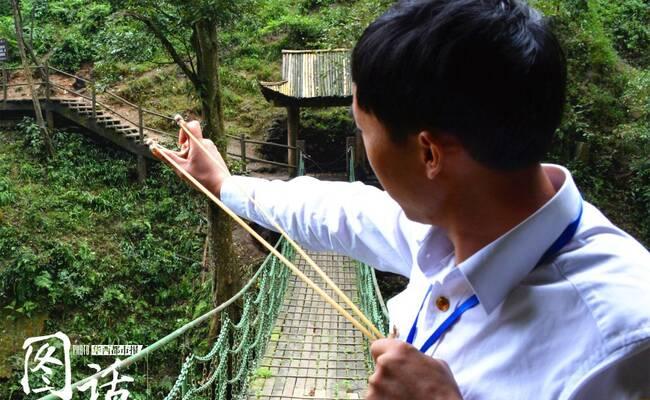 为防猴子闹事 峨眉山工作人员手拿弹弓管猴
