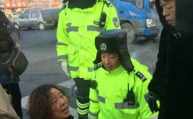 吉林一女车主与交警街头互跪
