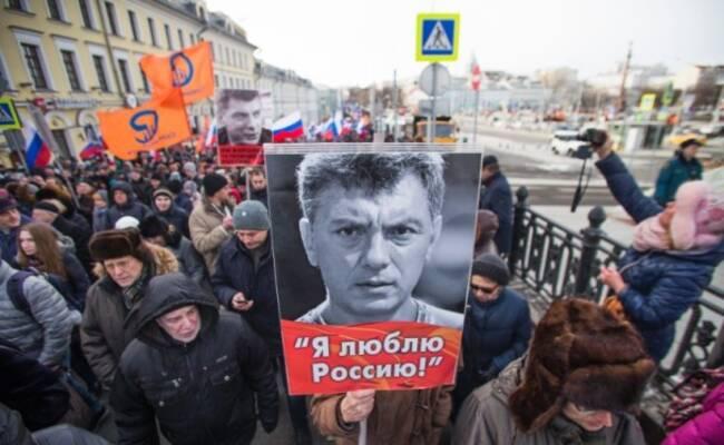 俄上万民众游行 纪念反对派领袖被杀2周年