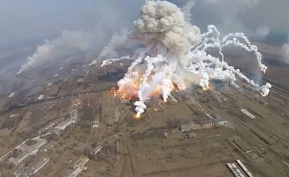航拍乌克兰军火库爆炸:导弹被炸飞 腾起蘑菇云