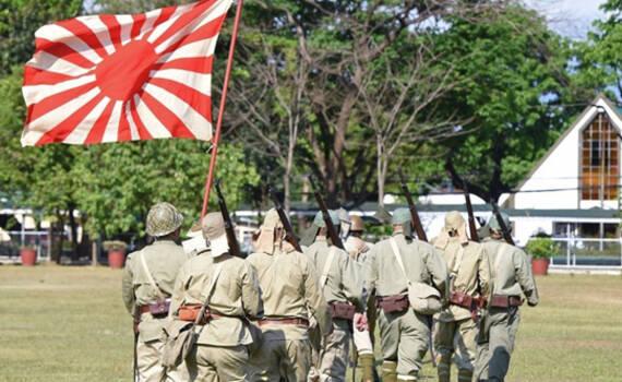 菲律宾人扛起旭日旗纪念二战胜利