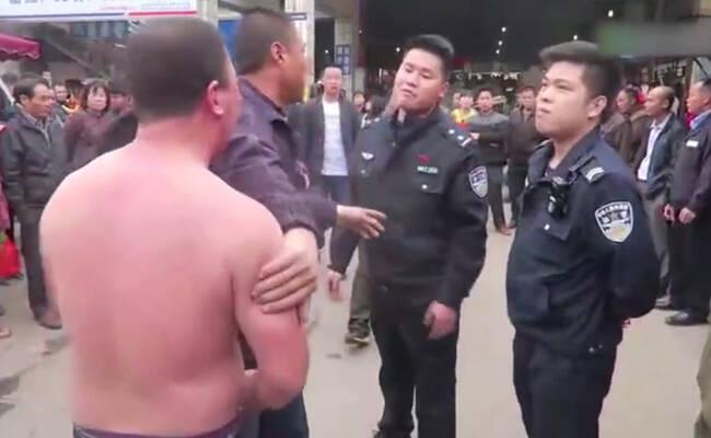 广西一女子帮丈夫出头 抡臂挥掌打伤警察