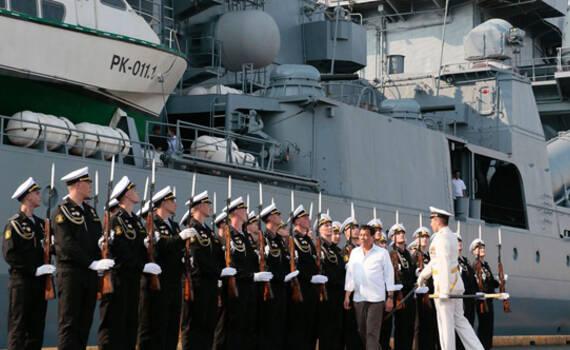 俄军瓦良格号巡洋舰访菲 杜特尔特登舰参观