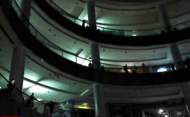 迪拜世界最大购物中心停电 人们摸黑逛