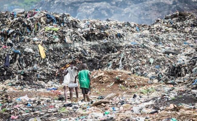 埃博拉病毒肆虐过后的村庄 孤儿以捡垃圾为生