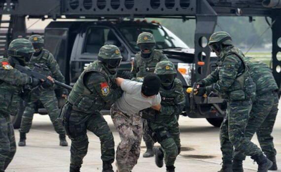 凤凰军机处│武警雪豹评菲律宾特警:玻璃都不会砸