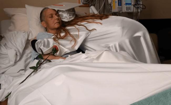 母亲患癌即将离世 女孩将毕业典礼带到病房