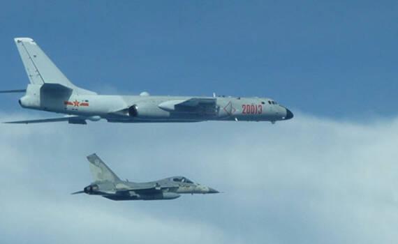 """解放军轰-6绕飞台湾 台方IDF战斗机""""贴身护航"""""""