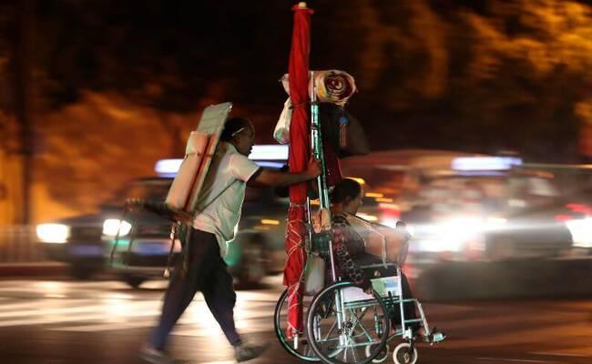 盲人推残疾妻子街边按摩擦鞋 每天吃两顿饭