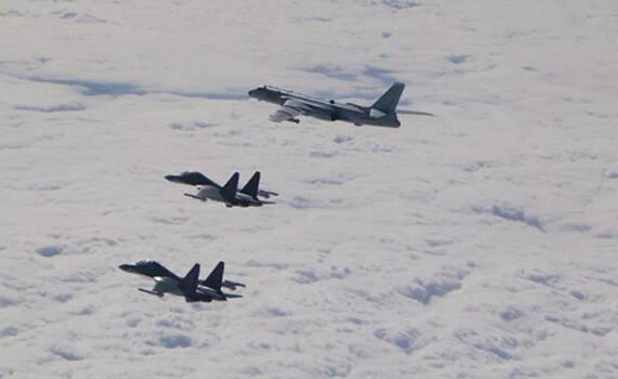 解放军轰6K挂巡航导弹飞临日本 10余架F15J紧急拦截