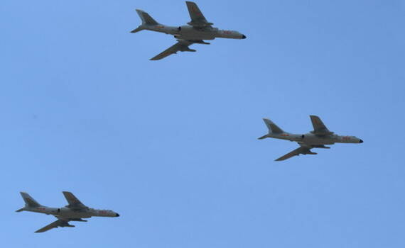 空军展现真正战略实力12架轰-6K飞越南海上空