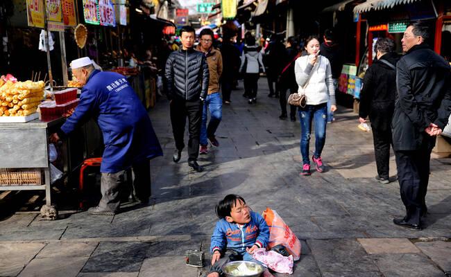 25岁姑娘身高不足1米 街头卖唱供弟妹上学