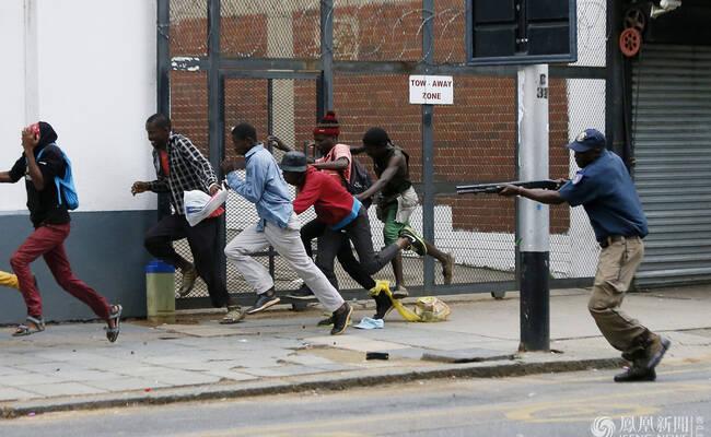南非爆发排外游行 外国居民扛刀防身