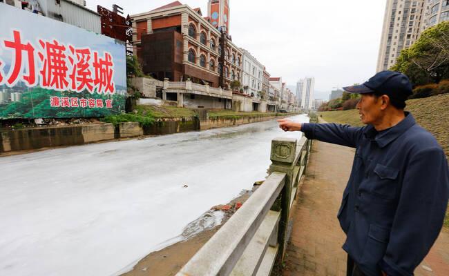 污水流入 江西九江十里河一夜间变白