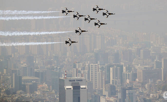 韩国遭遇雾霾 黑鹰特技飞行队炫技被浮尘淹没