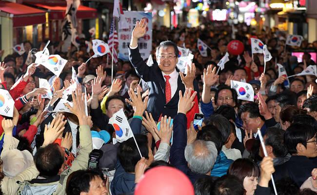 """韩国总统候选人参加竞选 """"跪谢""""支持者"""