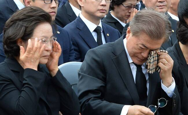 韩国前总统卢武铉逝世8周年 文在寅祭奠