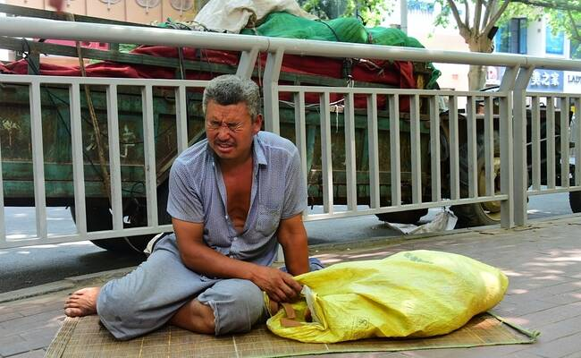 瓜农露宿街头血汗钱被盗 市民买瓜又捐钱