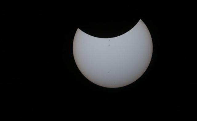 从空间站拍摄的日食:美国被阴影笼罩丨高清图