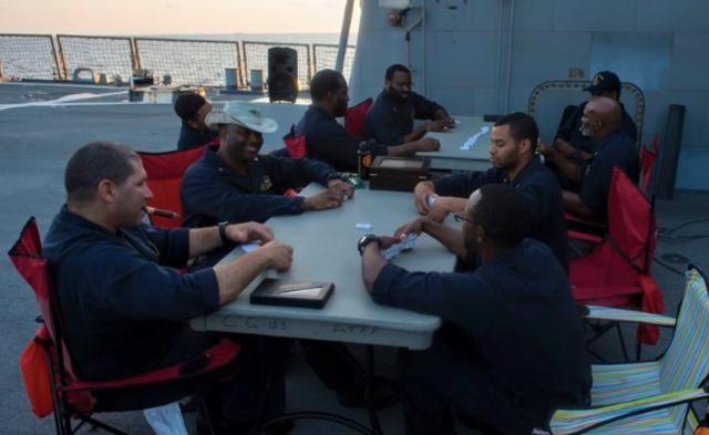 美军舰撞船前照片曝光:垂钓打扑克|组图