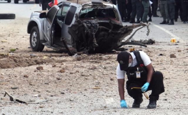 泰国军队遭土匪伏击 军车被炸成两截丨现场图