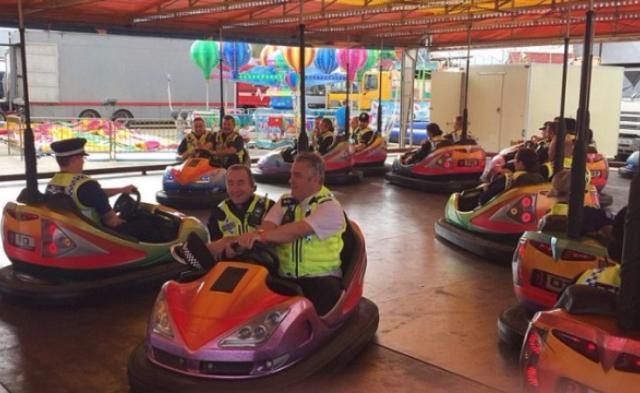 英国21名警察值班时玩碰碰车惹争议|组图