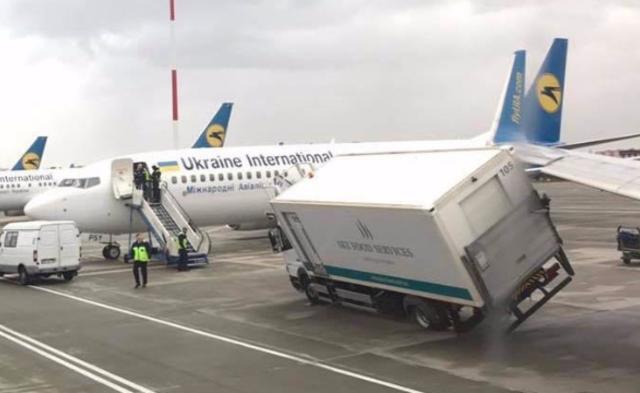 飞机撞了餐车|组图