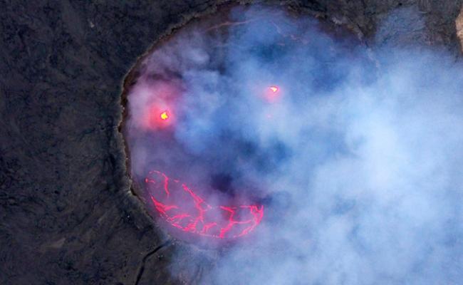 """实拍火山爆发 熔岩形成""""笑脸"""""""