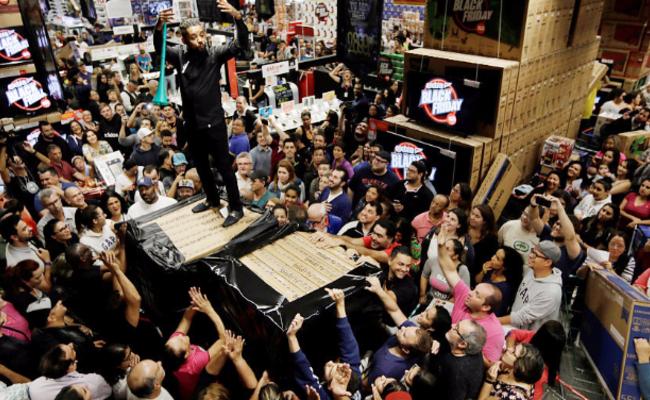 """""""黑色星期五""""前 巴西民众挤爆商店抢购"""