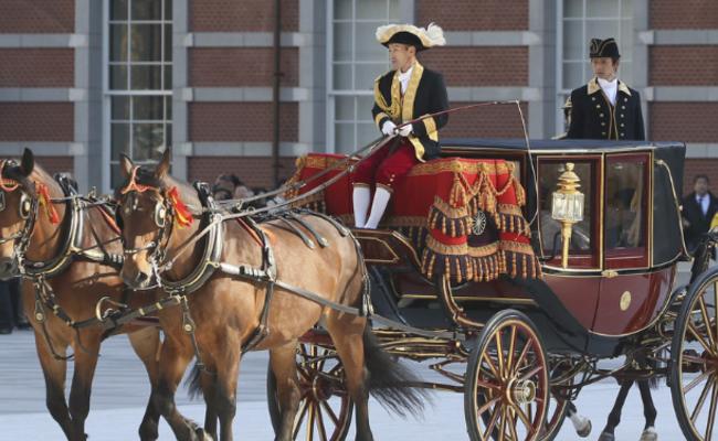 贝宁驻日新大使乘马车赴皇宫