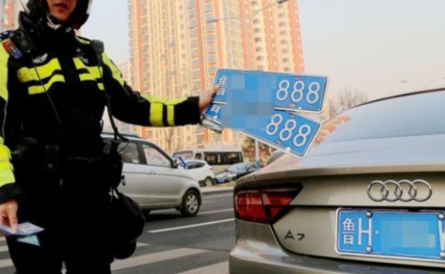 """嫌车牌"""" 888 """"太张扬 女司机网购假车牌"""