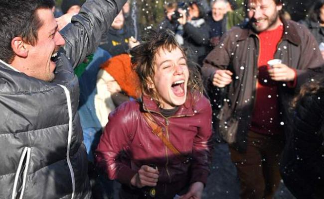 政府放弃建新机场 法国民众欢呼庆祝