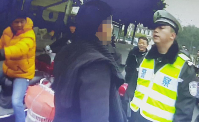 成都:丈夫被罚100元 女子抓伤警察