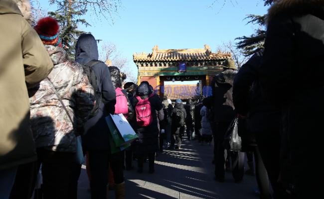 上千民众到雍和宫排队品尝腊八粥