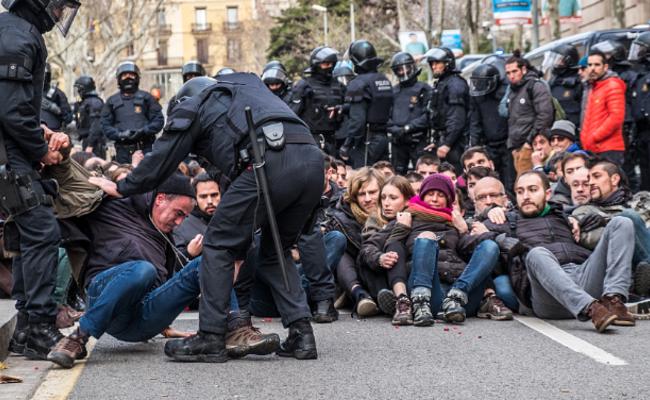 """西班牙民众""""封锁""""加区法院 遭警察驱逐"""
