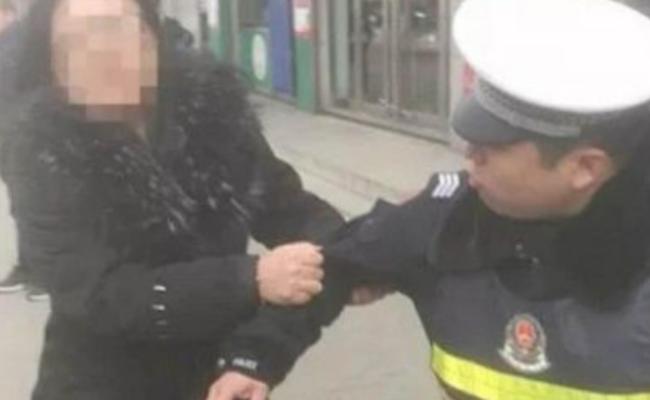 河北女子被交警处罚后