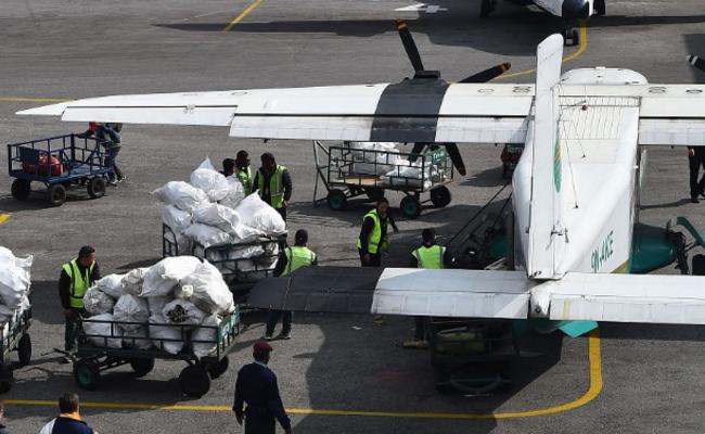 珠峰数千公斤垃圾被运往加德满都一幕