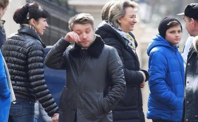 遭英国驱逐的外交官返俄 亲友落泪