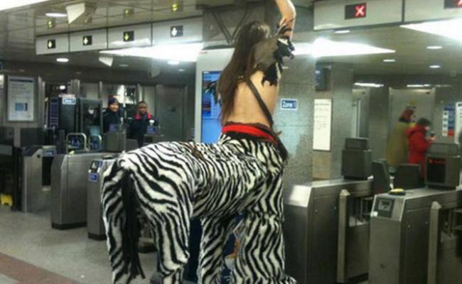 奇葩高手扎堆挤地铁,吸引乘客目光