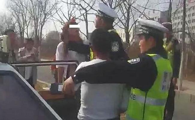 抢记录仪塞进内衣 女子抗法伤多名警员