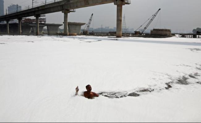 """印度:一条被泡沫污染""""侵占""""的河"""