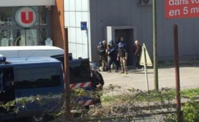 法国超市发生人质劫持事件